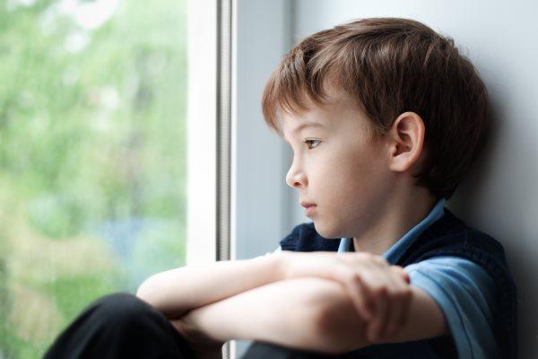 Mi a különbség az elidegenedés és a szülői elidegenítés között?