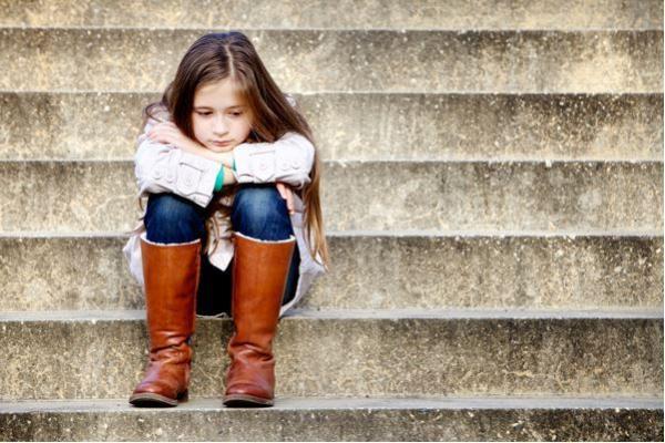 Milyen viselkedésmintákat mutatnak az elidegenített gyermekek a ténylegesen bántalmazott gyermekekkel szemben?