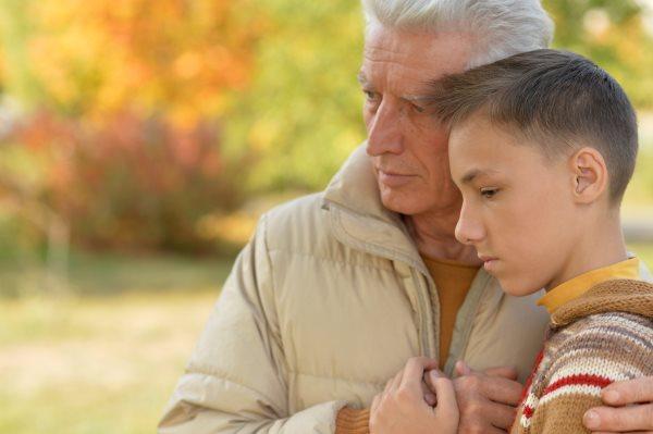 Az ellenségesség kiterjesztése az elidegenített szülő barátaira és/vagy a távolabbi családtagjaira